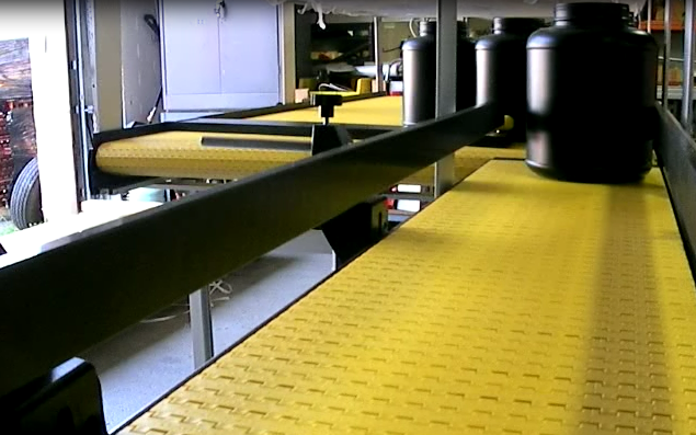 Singulating conveyor diverts items into a single line