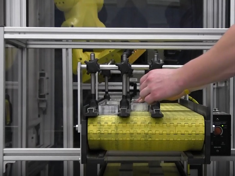 over under packaging conveyor with robotic interface
